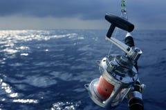 De boot groot spel dat van de visser in zoutwater vist royalty-vrije stock foto