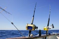 De boot groot spel dat van de visser in zoutwater vist stock foto's