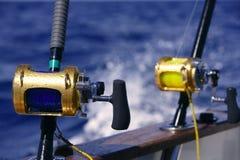 De boot groot spel dat van de visser in zoutwater vist stock afbeelding