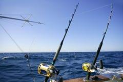 De boot groot spel dat van de visser in zoutwater vist stock foto