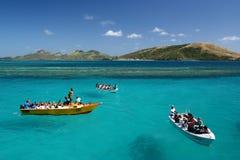 De boot hangt op turkooise blauwe oceaan stock foto's