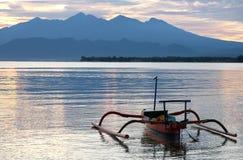 De boot in het overzees in de ochtend dichtbij Rinjani-vulkaan Stock Foto