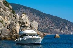 De boot is in het overzees dichtbij de rots Royalty-vrije Stock Foto's
