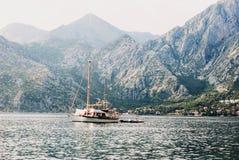 De boot in Kotor-baai, Montenegro royalty-vrije stock foto