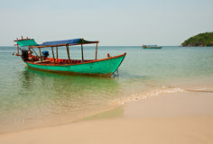 Boot in zeekust Stock Afbeeldingen
