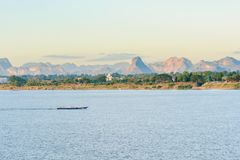 De boot in Mekong rivier Nakhonphanom Thailand aan Laos stock foto