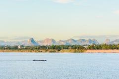 De boot in Mekong rivier Nakhonphanom Thailand aan Laos royalty-vrije stock foto's