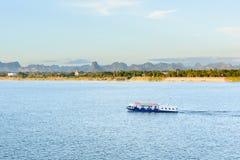 De boot in Mekong rivier Nakhonphanom Thailand aan Laos stock afbeelding