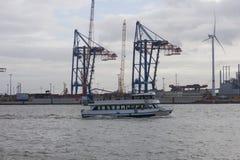 De boot met toeristen gaat op Elbe rivier in Hamburg, Duitsland Stock Foto's