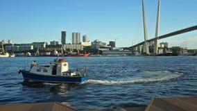 De boot nadert de dijk van Tsarevich op de achtergrond van de Gouden brug stock videobeelden