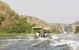 De boot op de rivier van Nijl in Murchison valt Nationaal Park, Oeganda stock afbeelding
