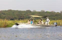 De boot op de rivier van Nijl in Murchison valt Nationaal Park, Oeganda stock foto's