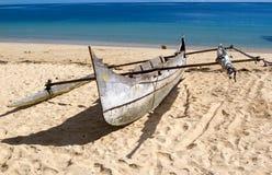 De boot op het Bemoeizieke strand, is, Madagascar Stock Afbeeldingen
