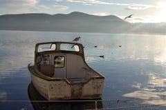 De boot op het meer royalty-vrije stock afbeelding