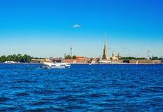 De boot op onderwatervleugels drijft over Neva aan Peter en Paul Fortress in St. Petersburg Stock Foto