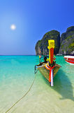 De boot op strand met zon. Royalty-vrije Stock Afbeeldingen