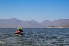 De Boot in Ping River, Mening van Bhumibol-Dam, Tak-provincie, Thailand Royalty-vrije Stock Foto