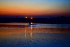 De Boot rode hemel van het rivierlandschap royalty-vrije stock afbeeldingen