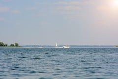 De boot sleept een mannelijk waterskiën royalty-vrije stock afbeelding