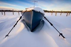 De boot in sneeuw stock afbeelding