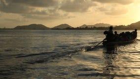De boot trantranport kruist de rivier stock footage