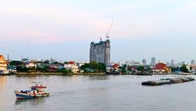 De Boot van de aanhangwagen bij Chaopraya Rivier Thailand Stock Foto's