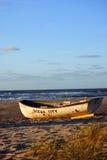 De Boot van de badmeester op het Strand stock foto's