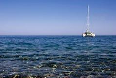 De boot van de catamaran in Griekenland stock afbeelding