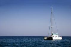 De boot van de catamaran in Griekenland stock foto's