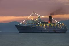 De boot van de cruise bij nacht Royalty-vrije Stock Afbeeldingen