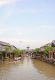 De boot van de cruise in de het drijven markt Stock Fotografie