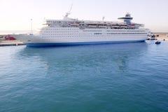 De boot van de cruise die op de haven van de Balearen wordt vastgelegd Stock Foto