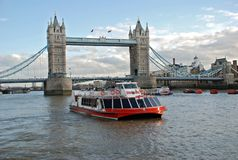 De boot van de cruise en de Brug van de Toren Stock Foto's