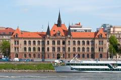 De boot van de cruise en de historische bouw in Bratislava Royalty-vrije Stock Afbeelding