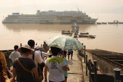 De Boot van de cruise met passagiers op rivier Yangtze royalty-vrije stock foto