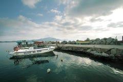 De boot van de glasbodem bij de pier Royalty-vrije Stock Fotografie