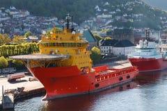 De Boot van de Levering van het Booreiland bij de Haven van Bergen, Noorwegen Royalty-vrije Stock Afbeeldingen