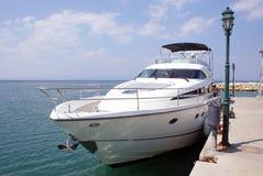 De boot van de luxe dichtbij de dam