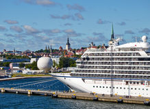De boot van de luxecruise in haven in Tallin Estland stock foto