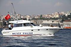 De boot van de politie in baai Halic Stock Foto's