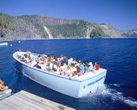 De boot van de reis op het Meer van de Krater Royalty-vrije Stock Afbeeldingen