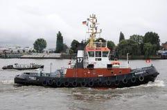 De boot van de sleepboot op Elbe rivier Stock Afbeeldingen