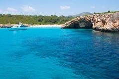 De boot van de snelheid in een stille baai, Majorca, Spanje Royalty-vrije Stock Afbeeldingen