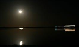 De boot van de tijdtijdspanne het saling onder maanlicht Royalty-vrije Stock Foto