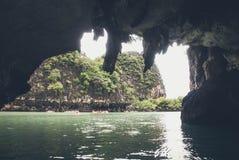 De boot van de toerist op de Baai van Phang Nga, Thailand Royalty-vrije Stock Foto