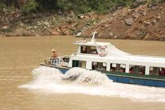 De boot van de toerist op rivier Yangtze royalty-vrije stock afbeelding