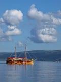 De boot van de toerist vaart op overzees stock foto