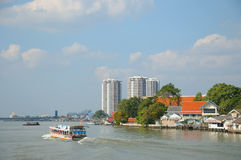 De boot van de toeristencruise en traditionele dijk Stock Foto