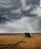 De boot van de visser onder de regen Stock Foto's