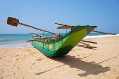 De boot van de visser op de kust Stock Afbeeldingen